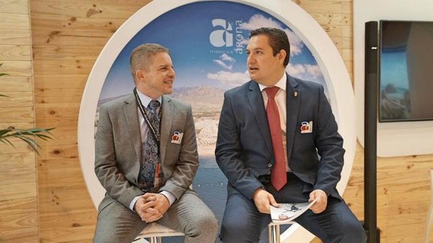 David Pérez, concejal de Turismo en Arona, y el alcalde José Julián Mena, en un acto promocional