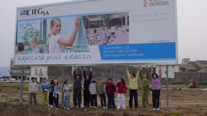 Un cartel de Ciegsa anunciando la construcción de dos centros en la comarca de La Safor.