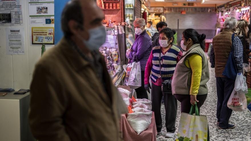 Julián, en el mercado donde ha ido a recoger productos frescos en el punto de recogida de alimentos de su barrio ante la crisis.