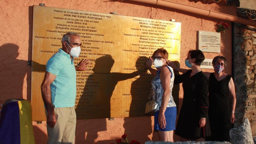 Cuatro familiares de víctimas de la represión franquista en la inauguración de la placa con 50 nombres de víctimas.