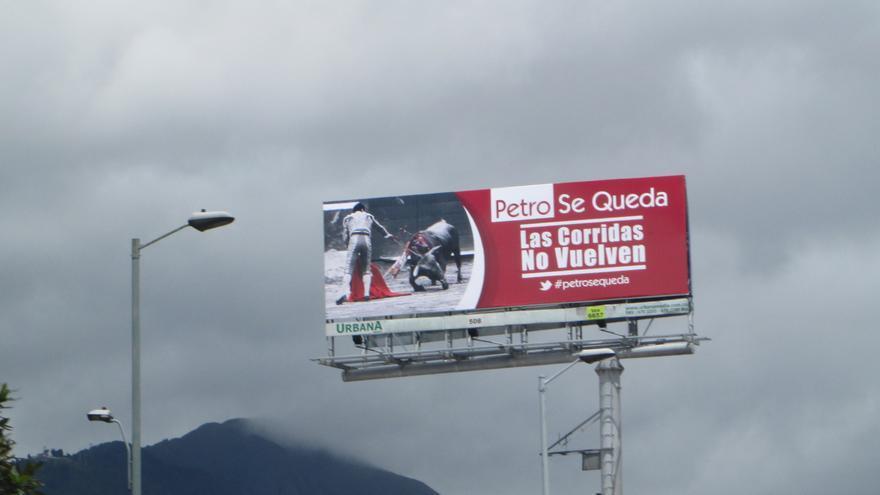 """Valla publicitaria en Bogotá: """"Las corridas no vuelven. Petro se queda"""". Foto: Plataforma ALTO (Animales Libres de Tortura)"""