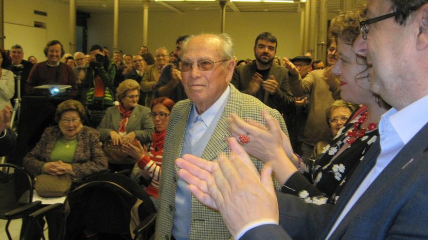 Rafael Martínez recibe el aplauso de la militancia del PCA en el homenaje por sus cien años de vida.