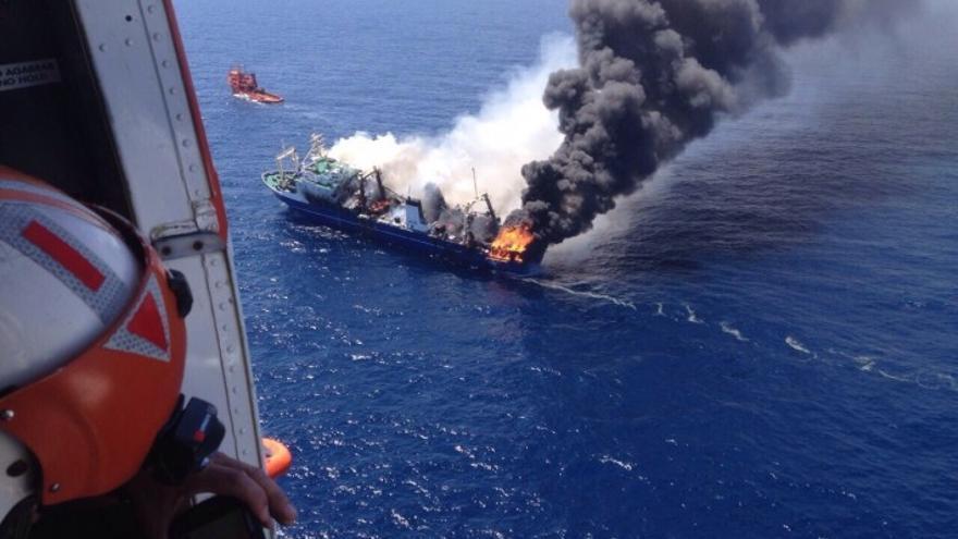 El 'Oleg Naidenov' incendiándose en aguas de Gran Canaria.