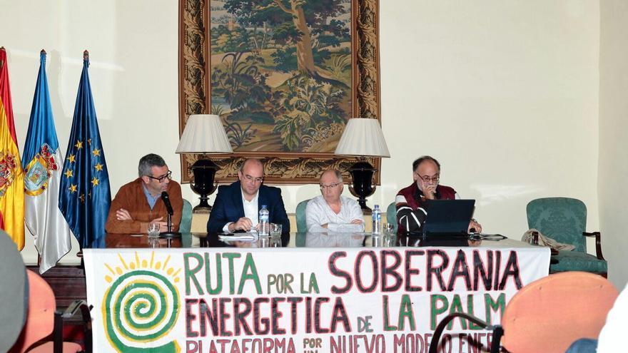 De izquierda a derecha, Sergio Matos, alcalde de Santa Cruz de La Palma; Anselmo Pestana, presidente del Cabildo de La Palma, y Vicente Ramos y Antonio Cabrera, miembros de la PX1NME, en la mesa redonda celebrada en la Casa Salazar.