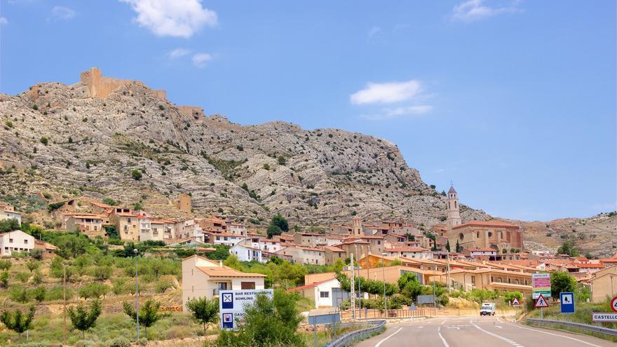 El castillo de Castellote vigila el pueblo desde lo alto de la peña. Manel Zaera