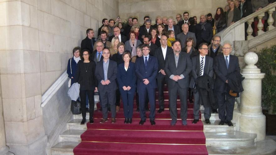 Puigdemont, Mas, consellers y diputados de JxSí, SíQueEsPot y CUP arropan a Forcadell