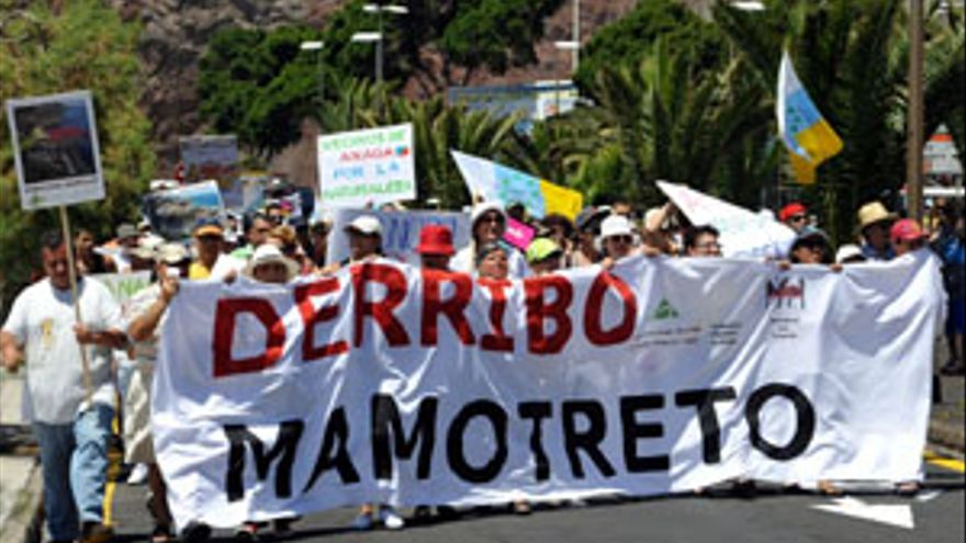 Manifestación a favor del derribo del mamotreto. (CANARIAS AHORA)