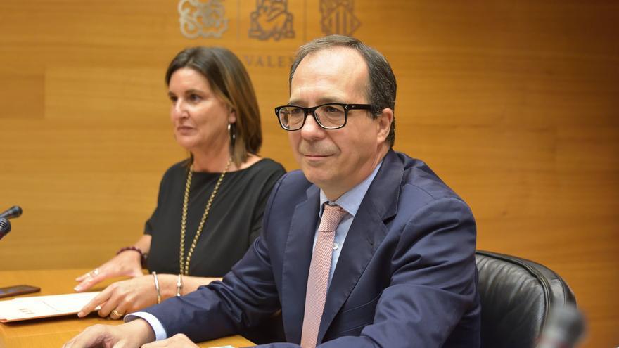 Mercedes Caballero (PSPV-PSOE) y Enrique Soriano, en la comisión de la televisión pública de las Corts Valencianes.