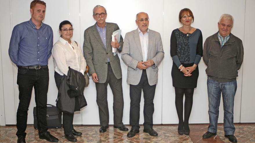 Los representantes de Podemos Joaquín Sagaseta, Alejandro Pérez y Carmen Valido junto al número tres de NC en el Cabildo, Carmelo Ramírez, el presidente electo del Cabildo de Gran Canaria, Antonio Morales (NC) y la número dos Inés Jiménez (NC) (ALEJANDRO RAMOS)