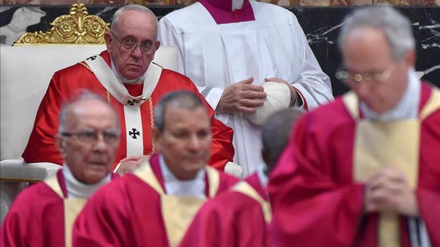 """El papa dice que es """"triste"""" ver a sacerdotes y obispos """"apegados al dinero"""""""