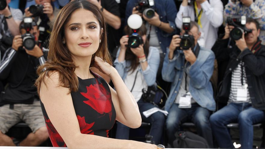 La actriz Salma Hayek, en el Festival de Cannes, posa ante los fotógrafos