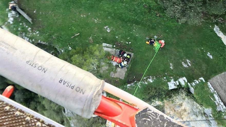 El helicóptero del 112 rescata a dos senderistas del Faro del Caballo de Santoña