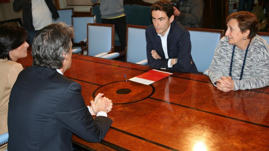 El líder del PSOE, Pedro Casares, durante la reunión con el alcalde en funciones y candidato del PP a la releección, Íñigo de la Serna.