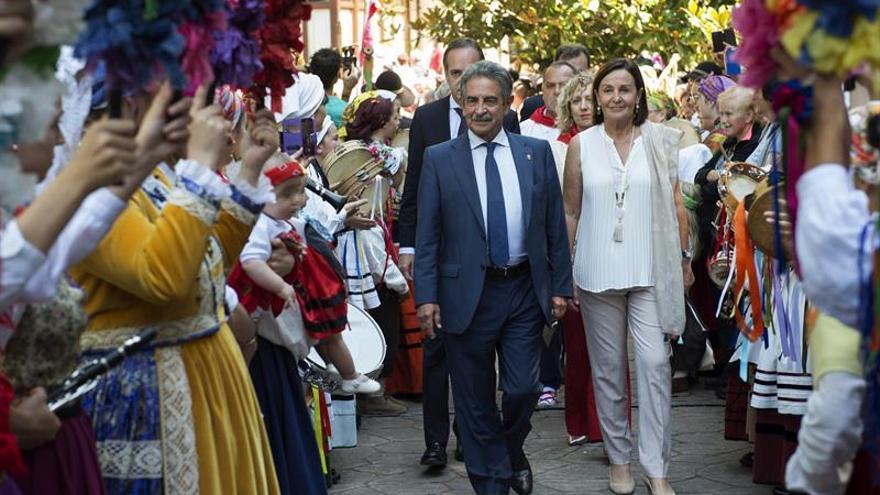Revilla critica la morosidad del Gobierno central en el Día de Cantabria