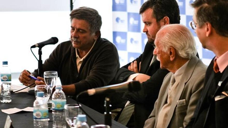 El abogado Carlos Slepoy (al micrófono) en un acto sobre justicia en Buenos Aires (Foto de archivo)
