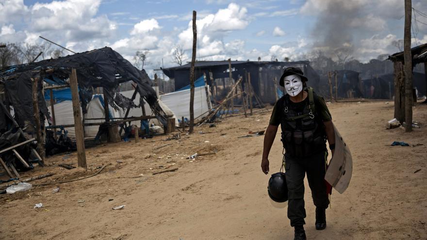 Un policía lleva una máscara de Guy Fawkes que confiscó en una redada en la ciudad de La Pampa en 2016.