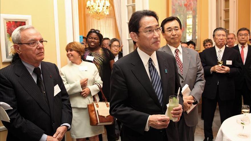 Ministro japonés Fumio Kishida visita a Fidel Castro en La Habana