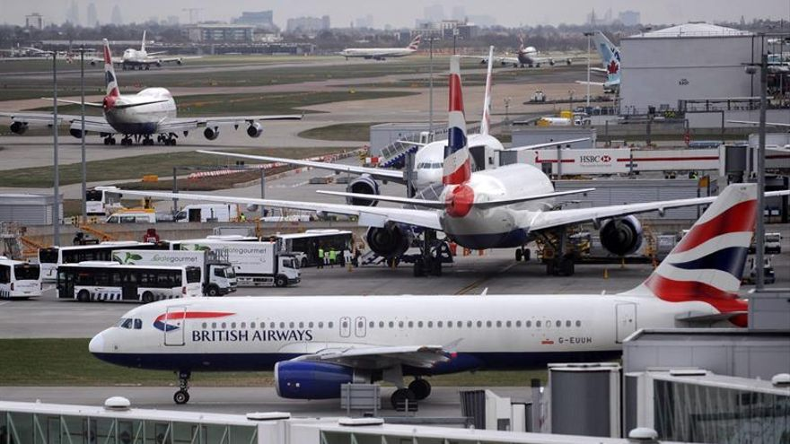 El aeropuerto de Heathrow cancela sus salidas debido al avistamiento de un dron cerca de sus pistas.