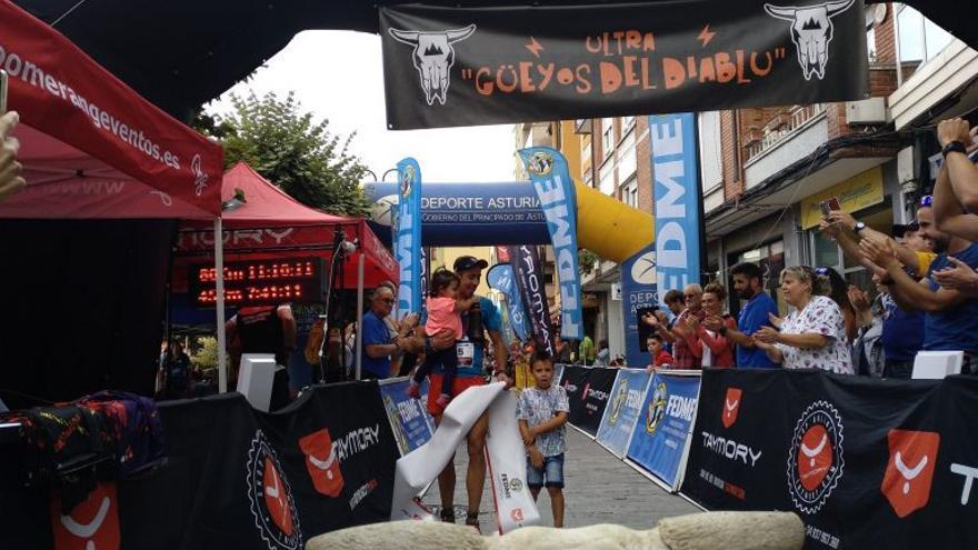 Iván González cruza la línea de meta del Ultra Güeyos del Diablu en primer lugar.
