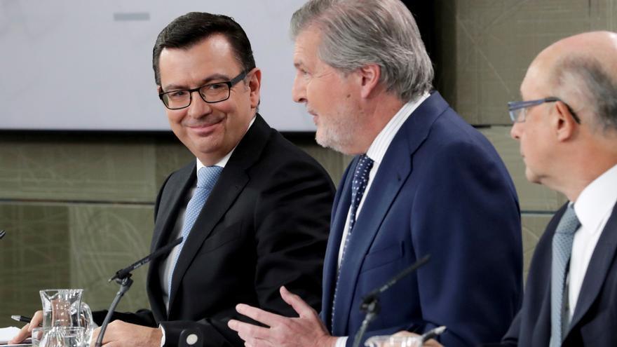 El ministro de Economía, Román Escolano (i), el portavoz del Gobierno, Íñigo Méndez de Vigo (c) y el ministro de Hacienda, Cristóbal Montoro (d)