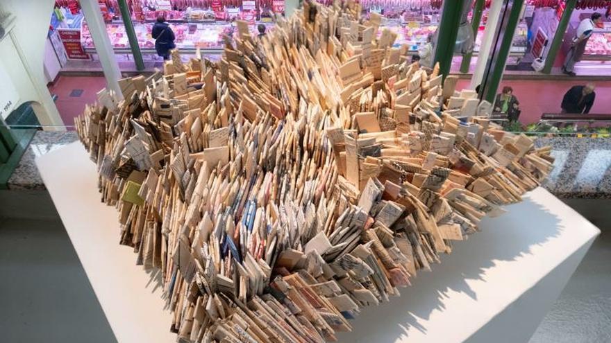 Doscientas esculturas conviven con los puestos de un mercado en Sculto