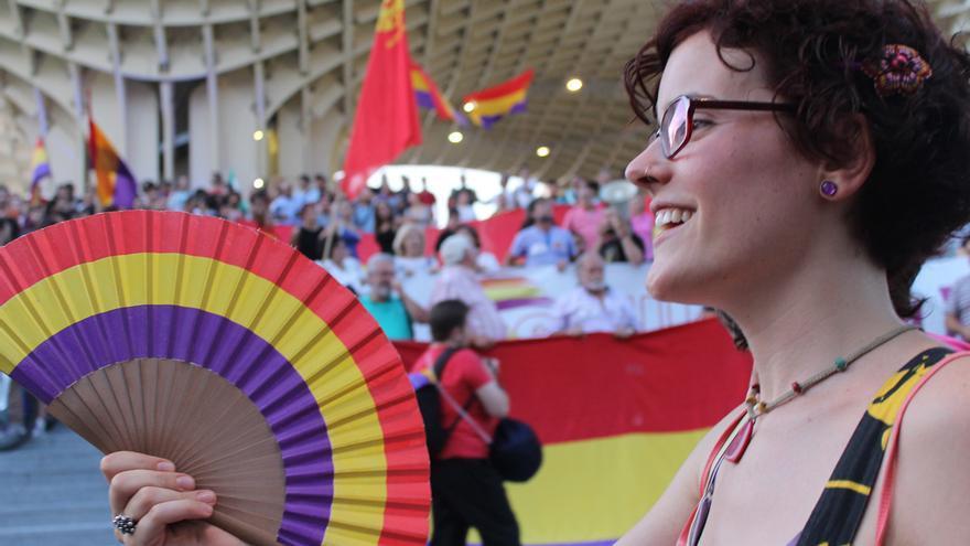 Una manifestante republicana en las Setas de Sevilla.  