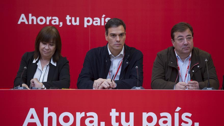 Pedro Sánchez, Cristina Narbona y Guillermo Fernández Vara.