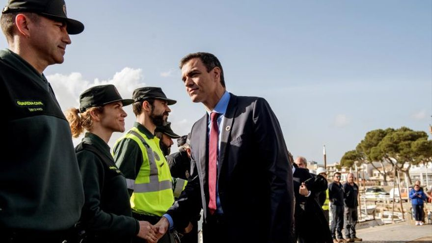 El presidente del Gobierno de España, Pedro Sánchez, saluda a miembros de las fuerzas de seguridad durante su visita a Cala Rajada (Mallorca).