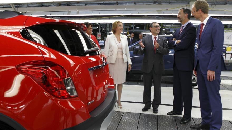 El rey Felipe VI en una visita a la planta de Opel.