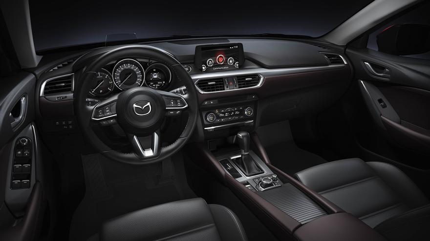 Un nuevo volante o un Head Up Display con mejor resolución, entre las mejoras el habitáculo del Mazda 6.