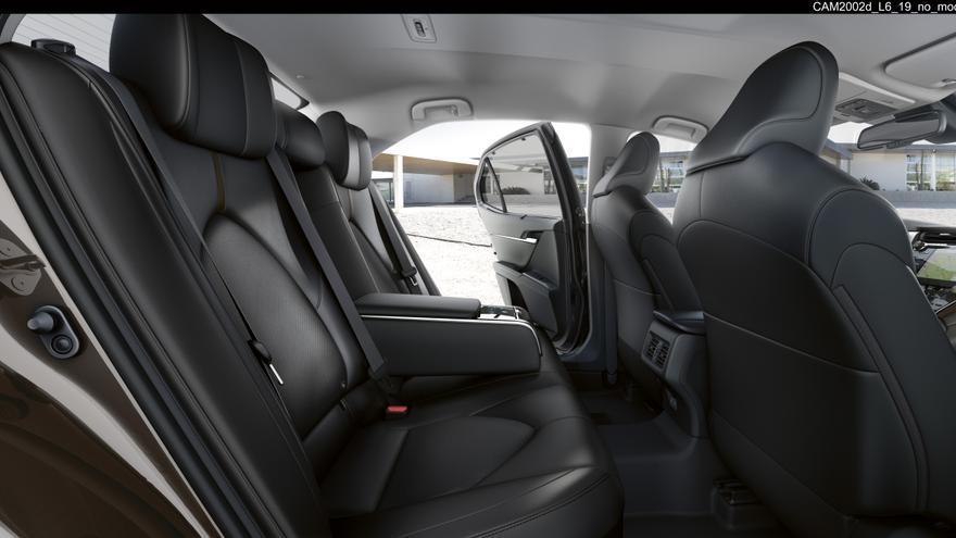 Las plazas traseras del Toyota Camry son reclinables con el acabado Luxury.