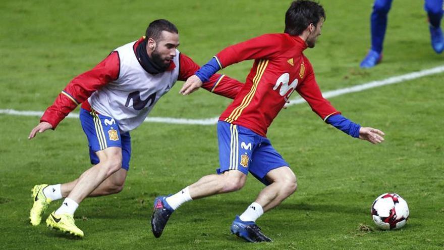 Los jugadores de la selección española Dani Carvajal (i) y David Silva (d), durante el entrenamiento en el estadio El Molinón, previo al partido frente a Israel, trascendental en la pelea por la plaza de acceso directo al Mundial 2018. EFE/José Luis Cereijido