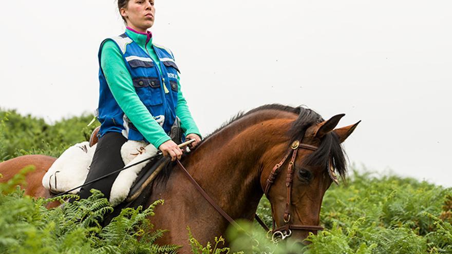 Vecina de Sabucedo dirige la búsqueda de los caballos. Foto: El caballo de Nietzsche
