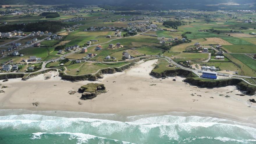 Vista aérea de la costa de Barreiros (Lugo) y su urbanismo disperso