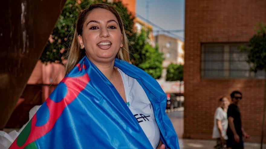 Manifestación en contra del antigitanismo: una manifestante con la bandera gitana