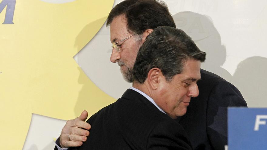 Rajoy abraza a Federico Trillo en un acto en Madrid en febrero de 2011. Foto: Chema Moya/EFE.