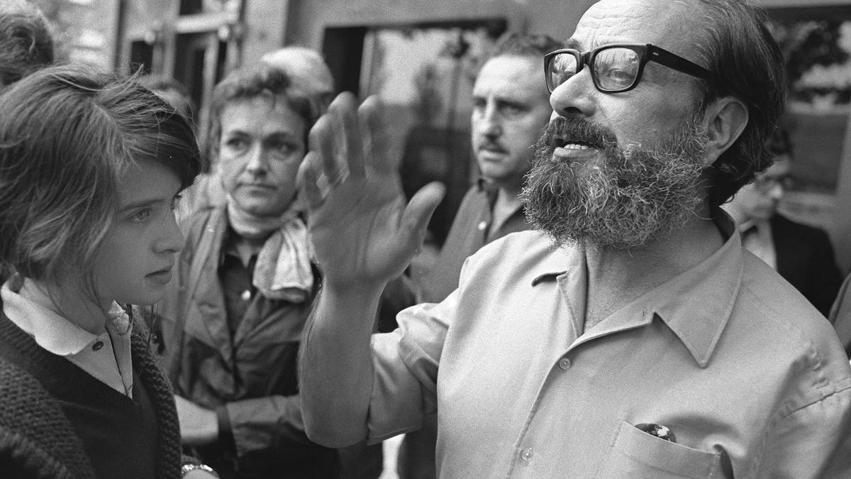 Alfonso Sastre, acompañado por su hija, tras su puesta en libertad bajo fianza de la cárcel de Carabanchel en 1975, donde estuvo preso por una acusación de asociación ilícita