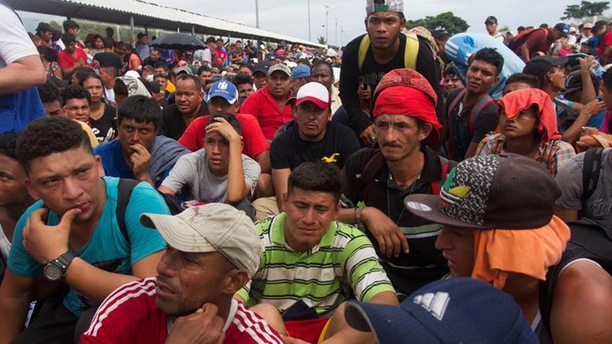 Caravana hondureña fuerza valla fronteriza desde Guatemala y entra a México