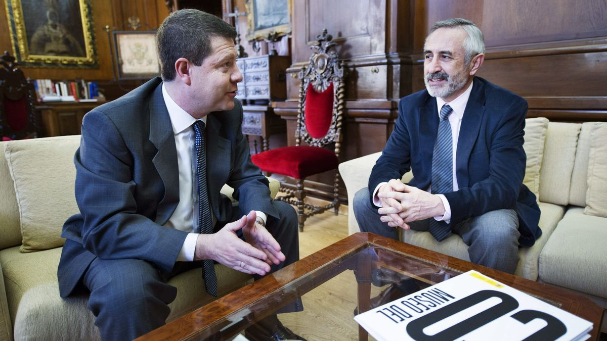 Emiliano García-Page conversa con Juan Antonio García Castro en un encuentro en Toledo en 2014.