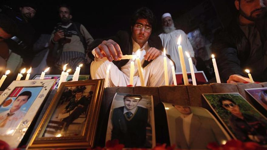 Velas y lágrimas en el segundo aniversario de la matanza de Peshawar