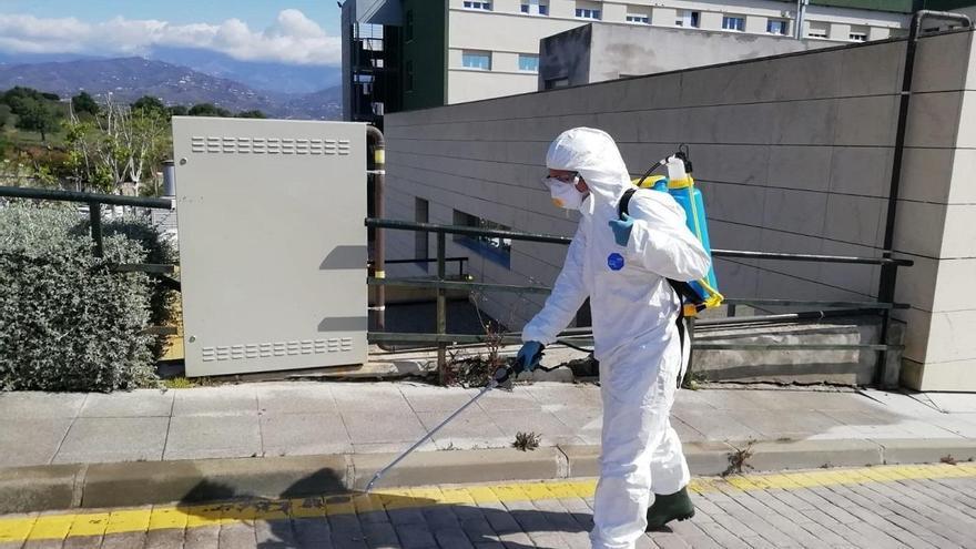 Bomberos pulverizan el exterior del Hospital de la Axarquía e instalan máquinas desinfectantes de ozono