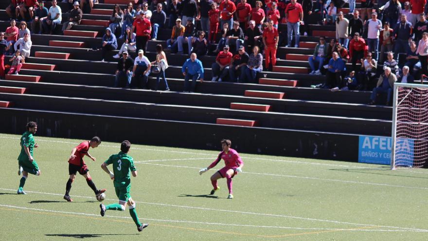 Momento en el que Dani López marca el primer gol. Foto: JOSÉ AYUT.