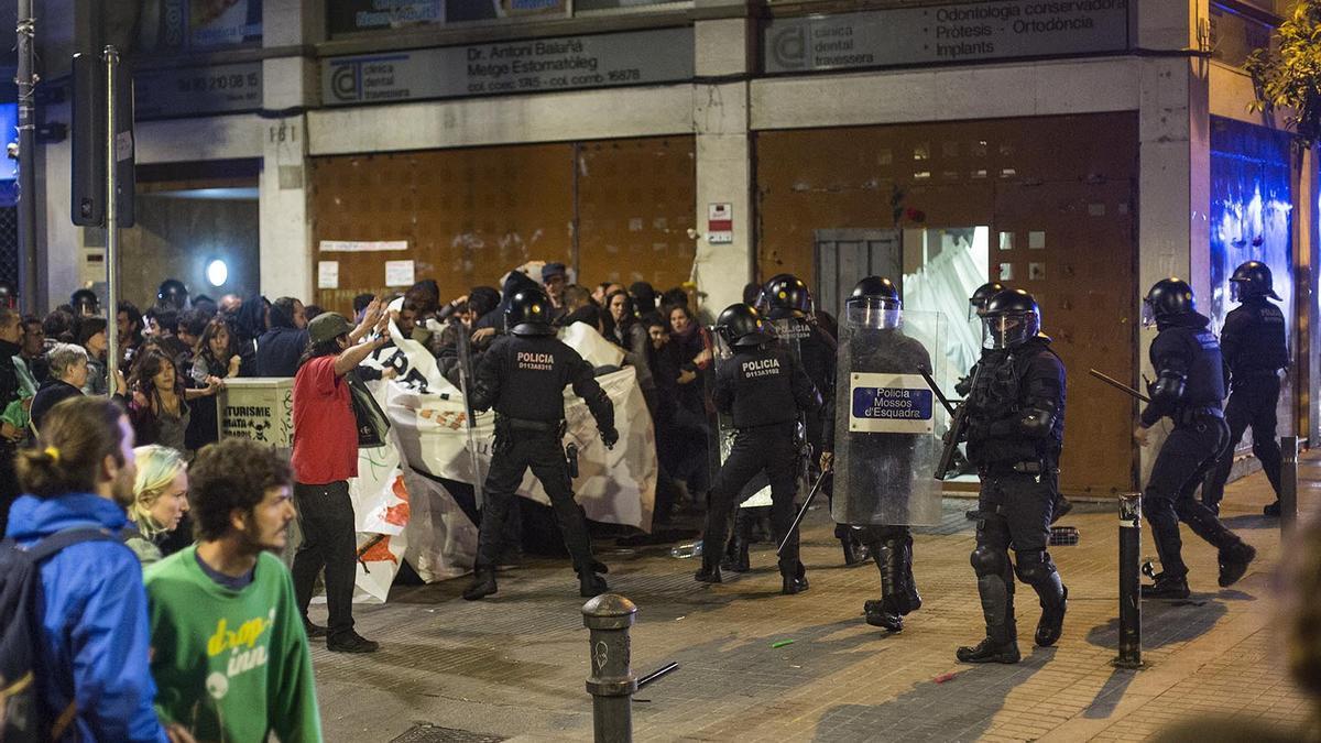 Cargas policiales tras la reapertura del Banc Expropiat