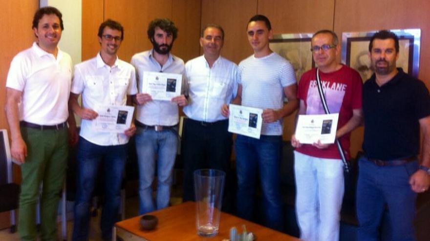 En la imagen, los ganadores del concurso con autoridades municipales.