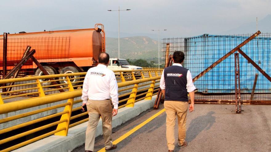 Camiones cisterna bloqueando el paso fronterizo de Venezuela