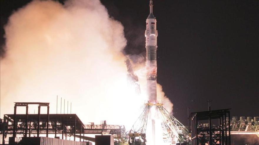 La Soyuz TMA-15M, con tres tripulantes a bordo, se acopla a la EEI