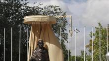 La Reina inaugura una estatua de Gandhi donada por la India a Madrid