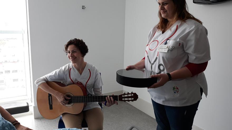 Músicos en una de las sesiones, en el Hospital Universitario de Canarias, sito en La Laguna