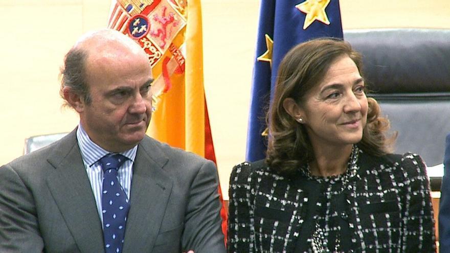 El ministro Luis de Guindos, junto a Carmen Vela. / SINC