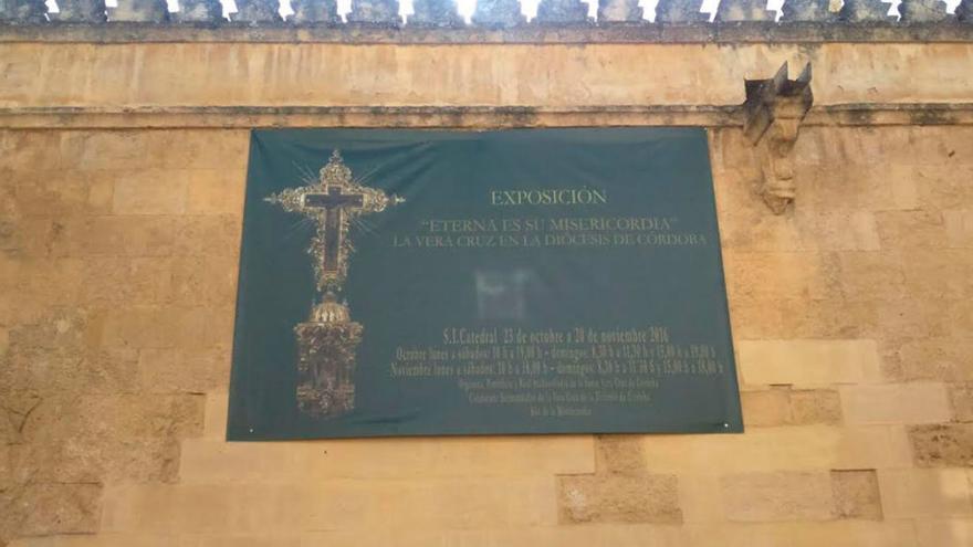 Un cartel atornillado en los muros de la Mezquita Catedral de Córdoba.